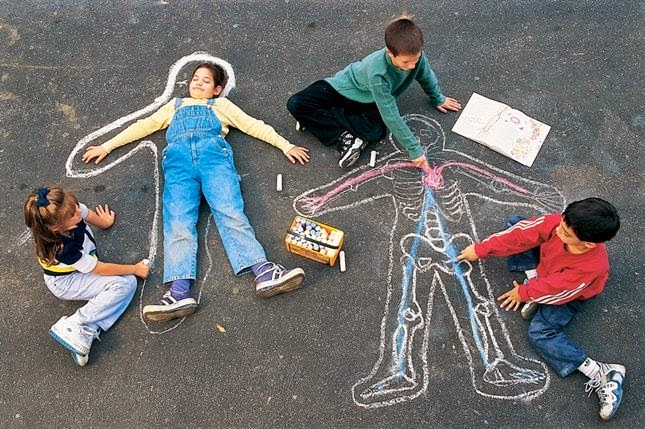 Here are 50 summer sidewalk chalk art ideas that are guaranteed to inspire you this summer. These fun chalk art projects are a great way to spend warm summer days being creative with the kids. #chalkart #chalkartsidewalk #chalkartkids #chalkartideas #chalkarteasy #chalkartsummer #chalkartflowers #chalkartstreet #ideaschalkart